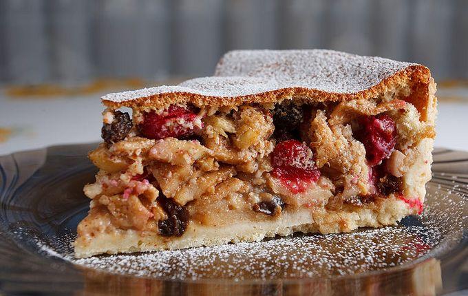 Яблочный пирог с миндалем и изюмомЯблочный пирог с миндалем и изюмом