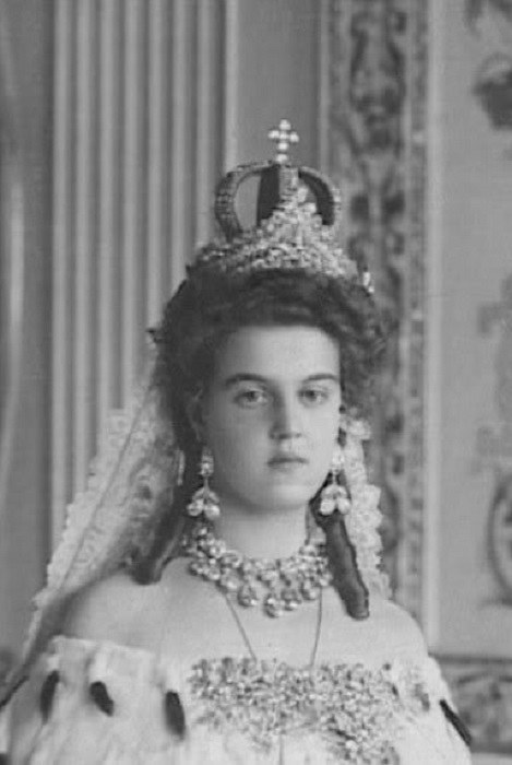 Великая княжна Мария Павловна в диадеме Марии Федоровны после венчания с Вильгельмом, герцогом Сёдерманландским, 1908 год