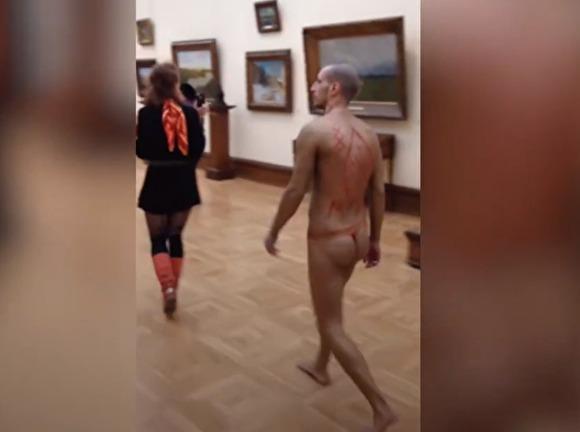 Мужчина в стрингах прошелся по Третьяковке