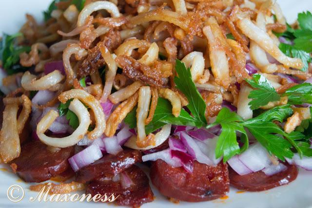 Хрустящий салат с чоризо и кальмаром