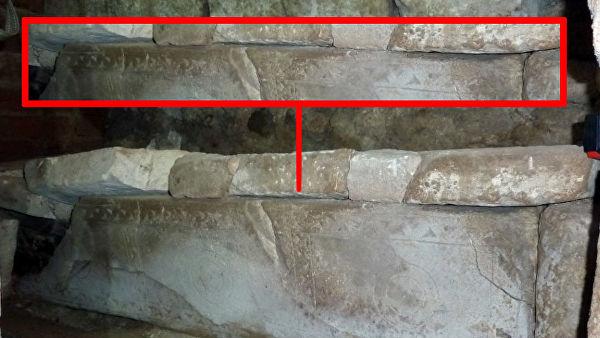 Орнамент на ростовском саркофаге XIII века в северной апсиде Ростовского Успенского собора