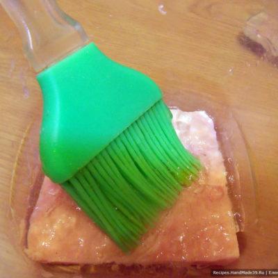 Ломтики буженины подровнять по размеру донышка посуды. На дно положить один ломтик буженины