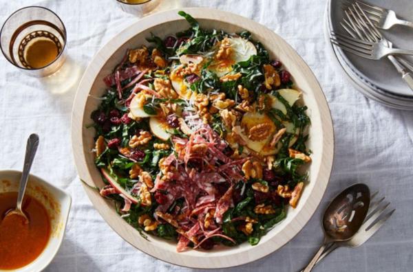 Капустный салат с салями, сыром и грецкими орехами
