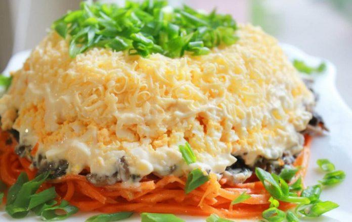 Оригинальный салат с курицей и шампиньонами для тех, у кого нет времени