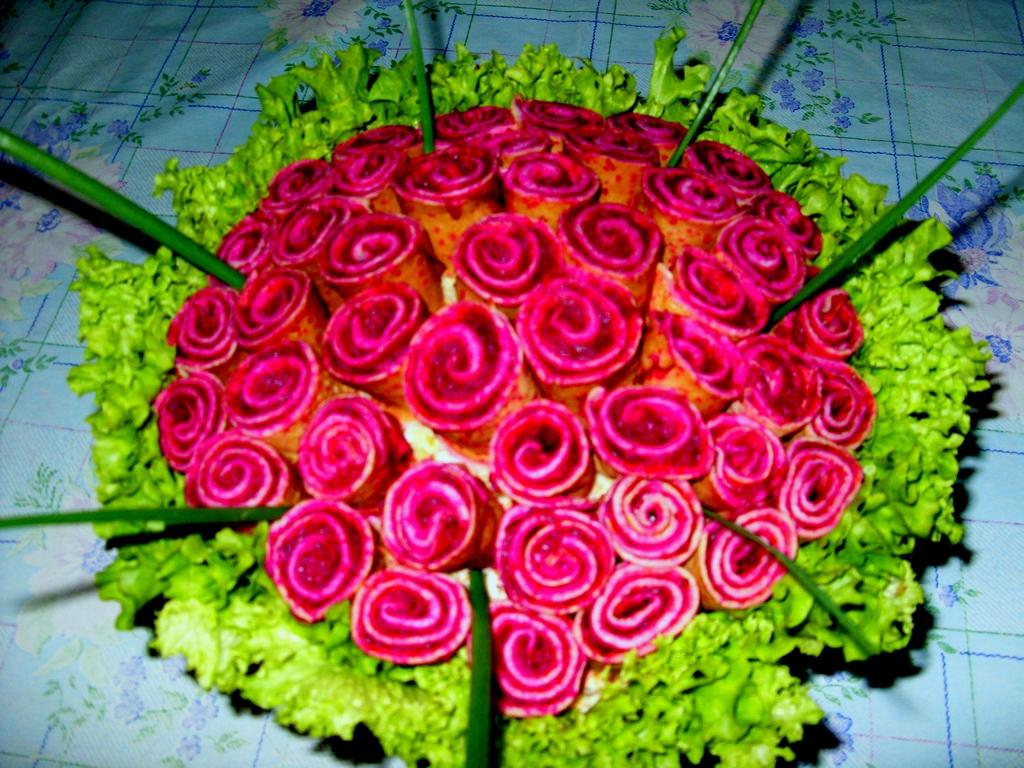 Салат роза из блинов свеклой