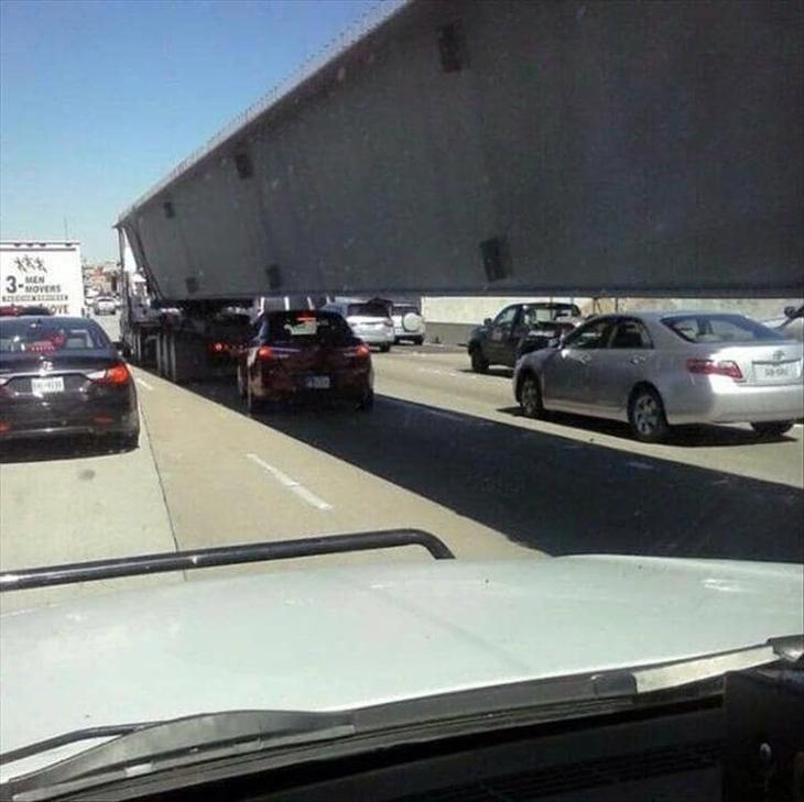 2. Удивительно, насколько беспечными могут быть люди на дороге. Надеемся, этот трюк завершился удачно Забавные фото, забавные фотки, неожиданные, смешные фото, удивительные фото