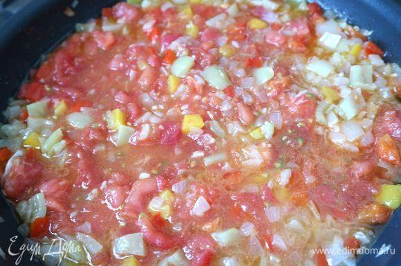 Затем добавить помидоры, крышку снять, посолить, добавить сахар, можно добавить немного сухого красного острого перца. Выпаривать жидкость на небольшом огне. Смесь должна загустеть, а жидкость должна выпариться примерно наполовину. Начинка должна получиться сочной, но не очень жидкой.