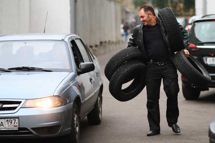 Отсутствие на стекле наклейки «Шипы» разорит водителя на десятки тысяч рублей
