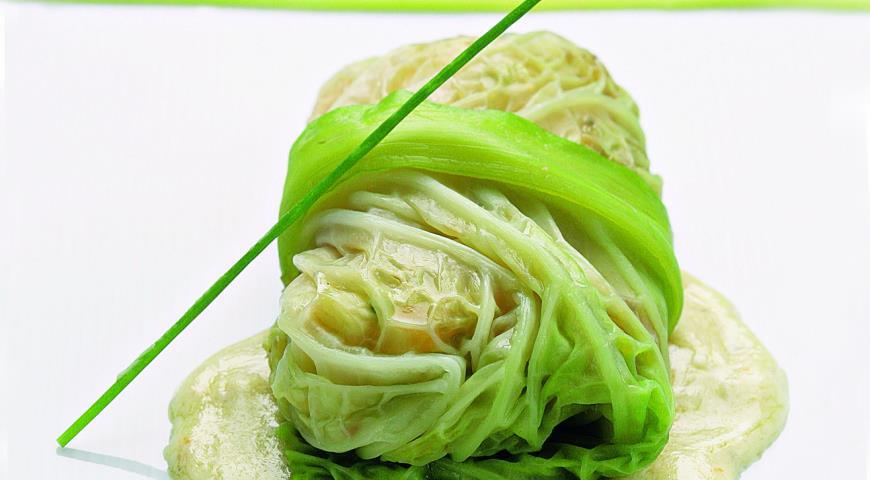 Савойская капуста, фаршированная овощами, со сливочным соусом
