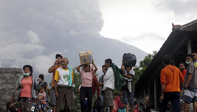 Более 2 тыс. туристов застряли на Бали из-за извержения вулкана