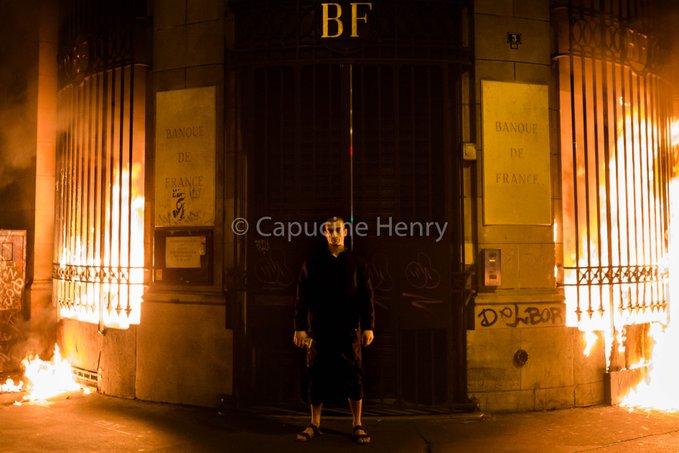 Павленский поджег здание Банка Франции