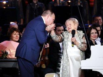 Видео, где Путин поздравил с юбилеем Пахмутову и отвернулся от Малахова, появилось в Сети