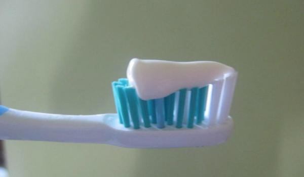 Домашняя паста для лечения кариеса, укрепления десен и отбеливания зубов своими руками