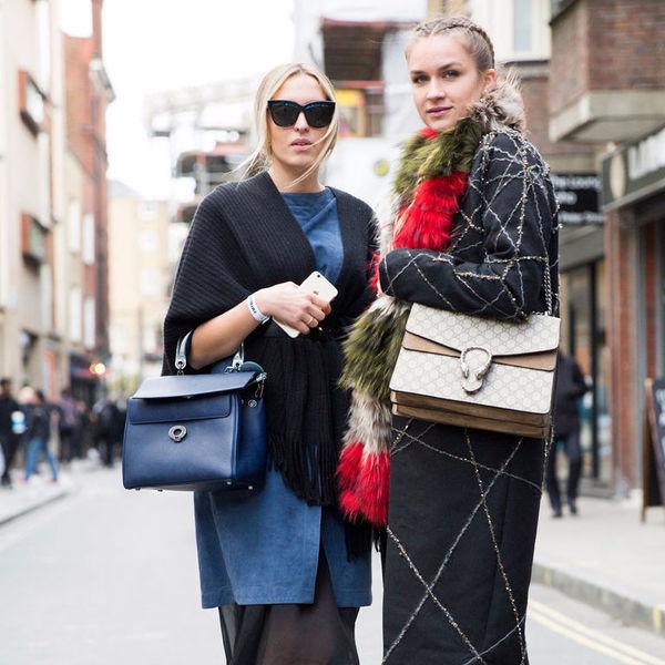 Уличная мода января: терракотовый цвет, меховые брелоки и клетка