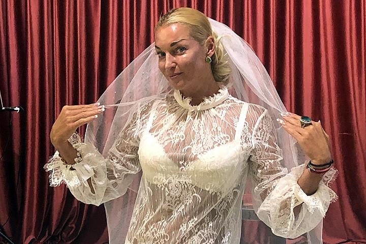 «А кто это?»: Волочкова высмеяла Цымбалюк-Романовскую