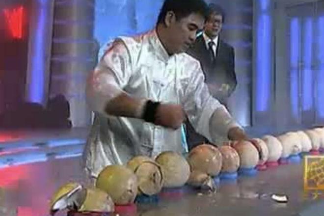 Мастер железной ладони колет кокосы голыми руками