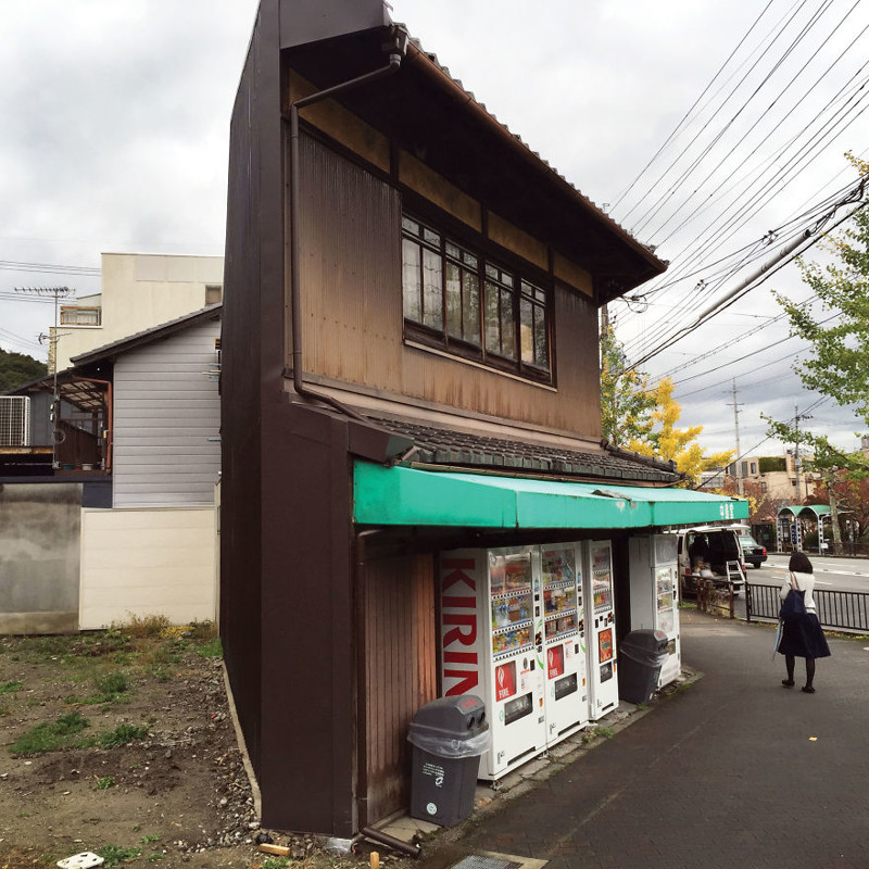 Автоматы по продаже прессы рядом с храмом Гинкакидзу архитектура, дома, здания, киото, маленькие здания, местный колорит, фото, япония