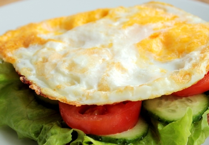 Бутерброд с яйцом и овощами без хлеба.  Фото: bigmir.net.