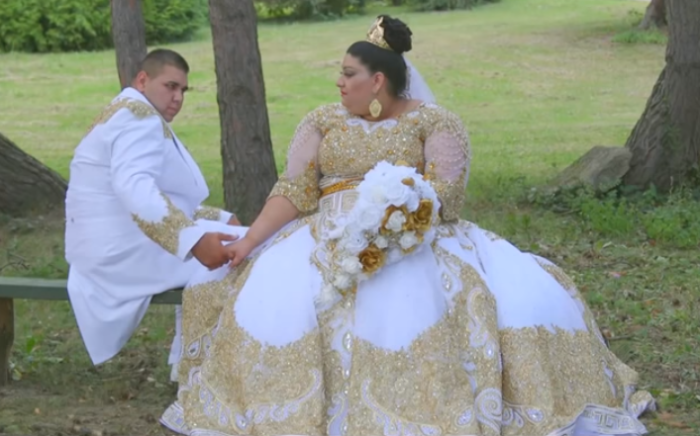 Видео с цыганской свадьбы с дождём из золота и купюр в 500 евро