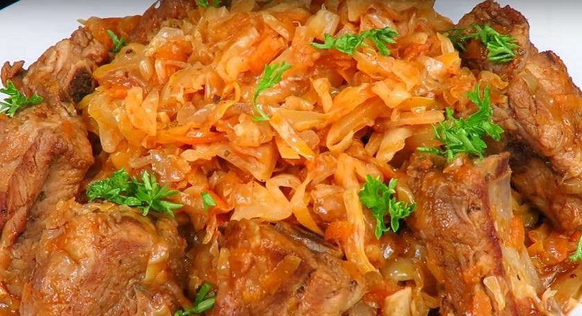 Тушеная капуста с ребрышками «Сытый Ганс»: ароматное и сочное блюдо на обед