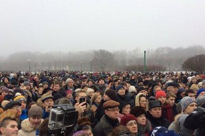 Сторонники и противники передачи Исаакия РПЦ вышли на улицы Петербурга