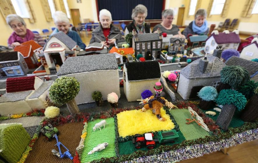 Бабули так увлеклись вязанием, что связали модель своей деревни! Это шедевр!