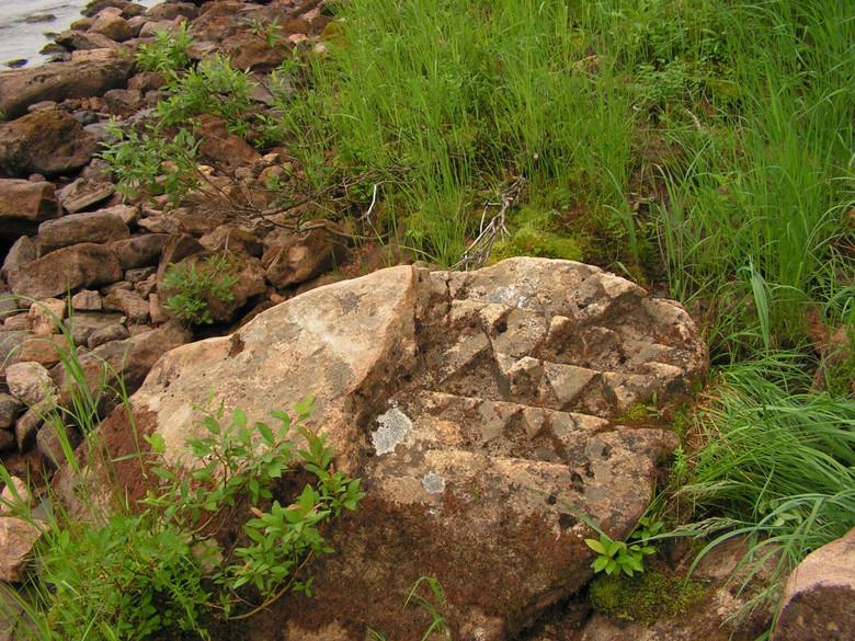 В Якутии нашли странный камень с треугольными узорами