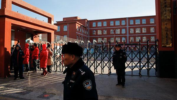 В Пекине мужчина ранил 20 детей в одной из начальных школ
