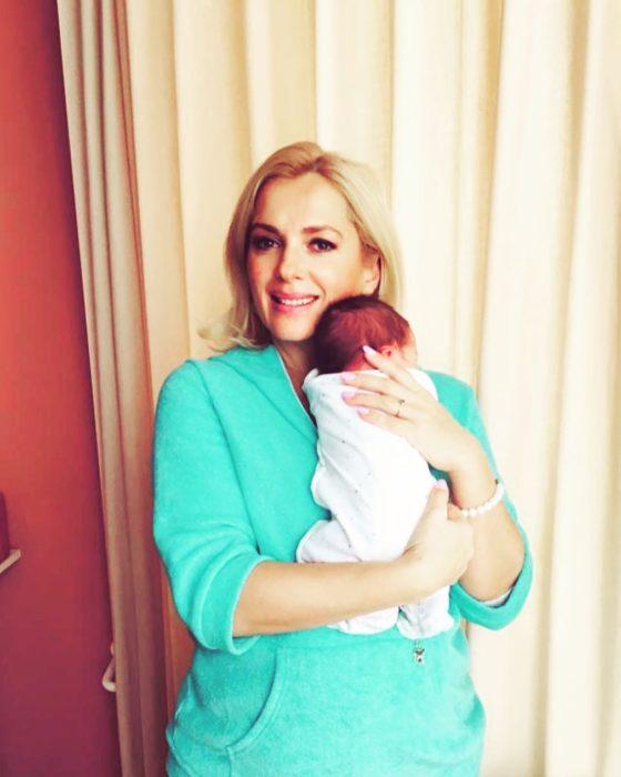 Мария Порошина с новорожденн…