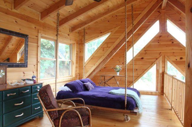 Стоит ли ставить кровать изголовьем к окну? Плюсы, минусы и комфортные реализации