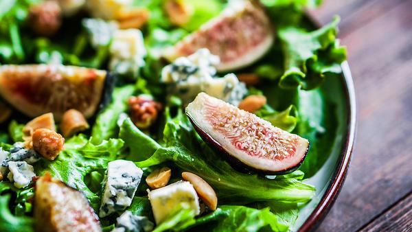 Тонизирующий салат из огурцов с инжиром и клюквой от актрисы Юлии Франц