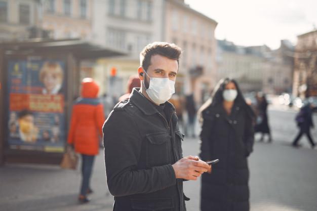 Люди в защитной маске стоят на улице Бесплатные Фотографии