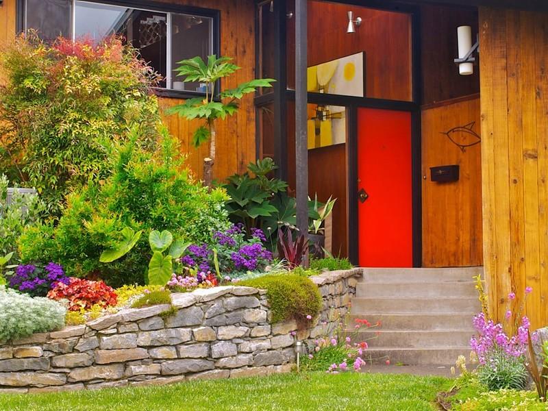 Цветы в палисаднике перед домом фото