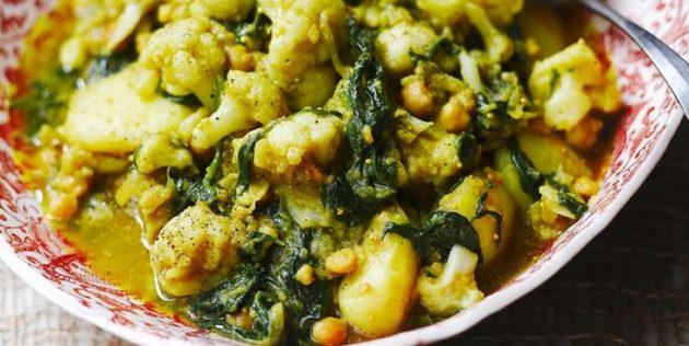 Пряное овощное рагу с цветной капустой, картошкой, нутом и шпинатом
