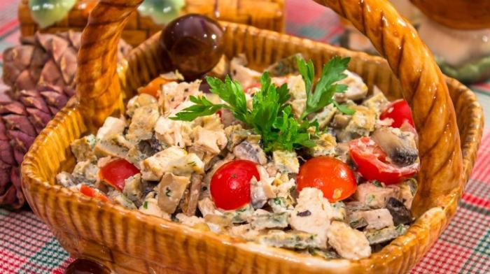 Блинный салат с запеченным куриным филе и грибами