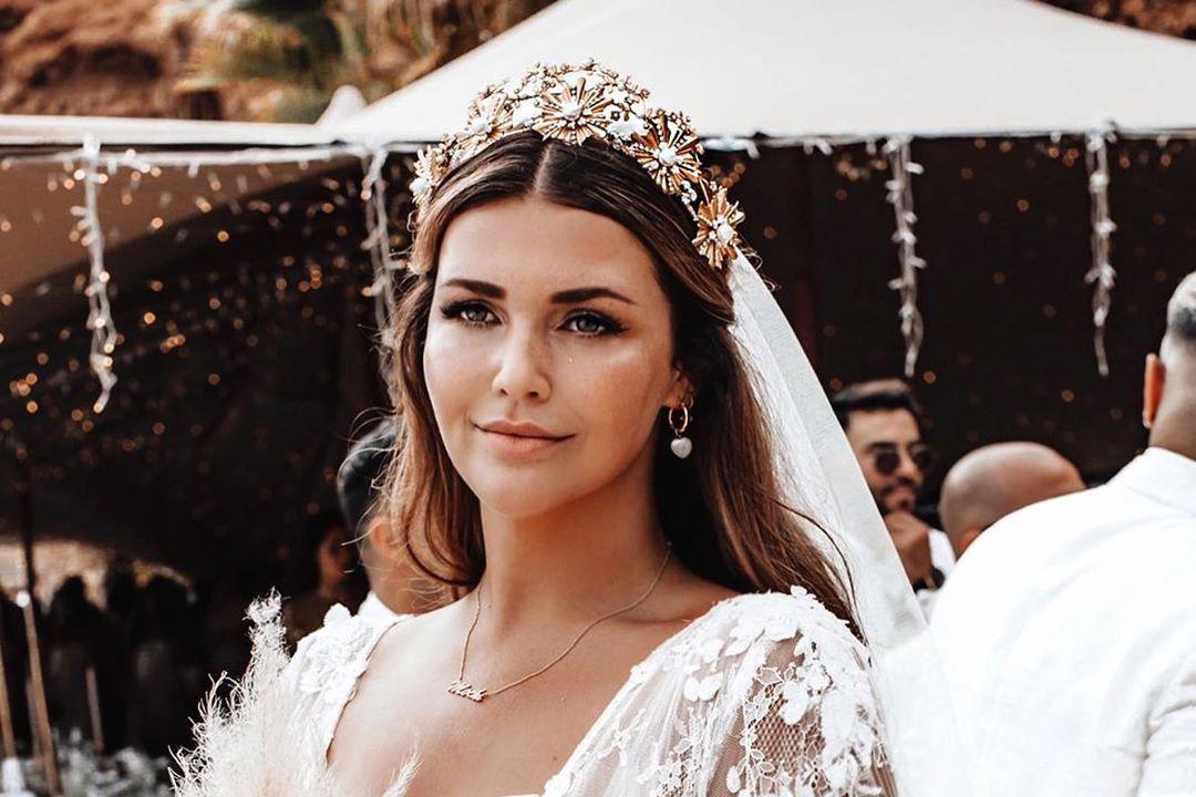 Невеста с пышными формами по…