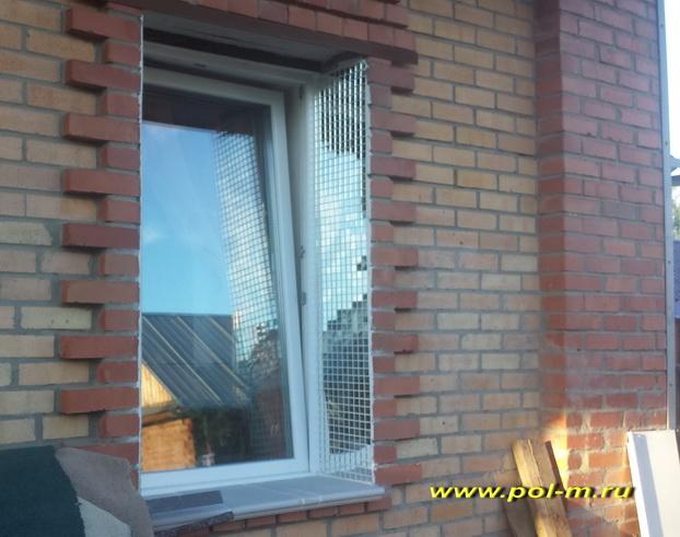 Применение зеркальной мозаики в качестве декоративного элемента, расширяющего световой поток в окне.