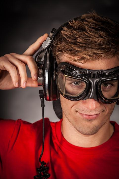 Научное исследование объяснило, почему полезно слушать музыку во время работы