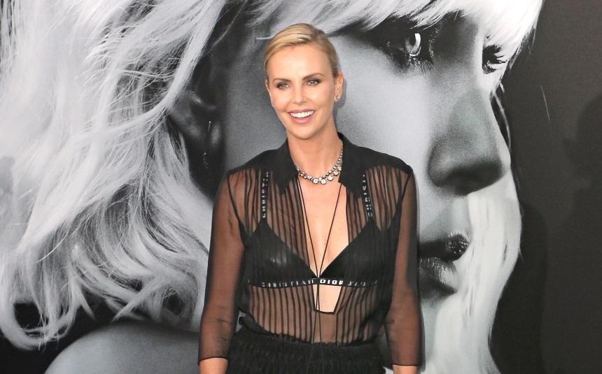 Прозрачная блузка и кожаный лиф: Шарлиз Терон похвасталась фигурой в дерзком БДСМ-образе