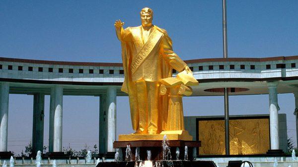Туркменбаши: Гарантировал место в раю всем, кто трижды прочтет его труд и запретил золотые коронки