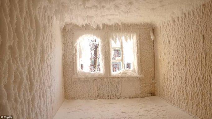 Заброшенный дом в Екатеринбурге превратился в замерзший ледовый дворец