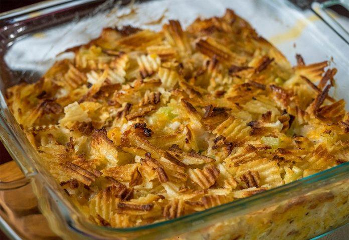 Горячий куриный салат запеченный с картофельными чипсами. Это стоит попробовать