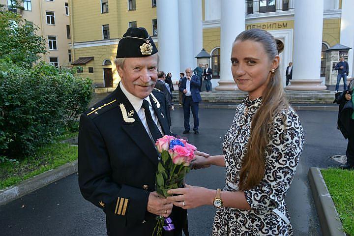 Молодая жена Ивана Краско улетела без мужа в Америку