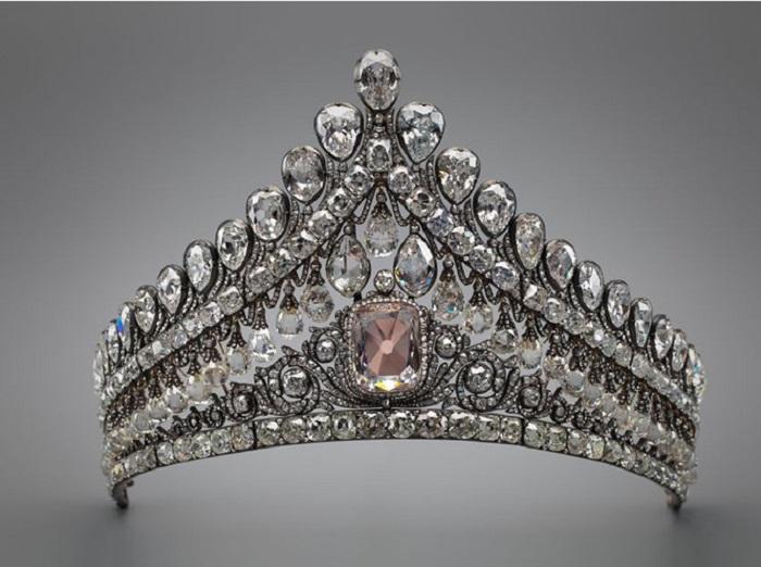 Бриллиантовая диадема с розовым бриллиантом (фото Рахманова, Гохран России)