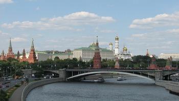 На Кремлевской набережной из Москвы-реки выловили труп