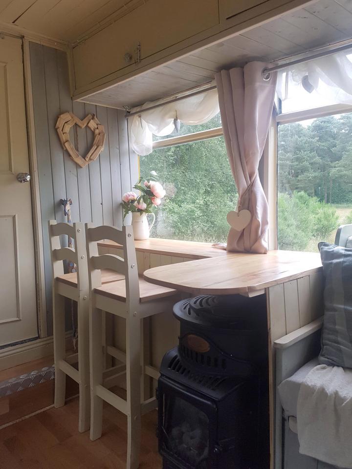 Креативная семья сделала из старого автобуса уютный «дом на колесах»