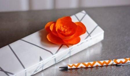 Выполняем розу из гофрированной бумаги