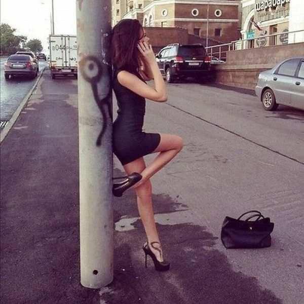 Девушка возле столба