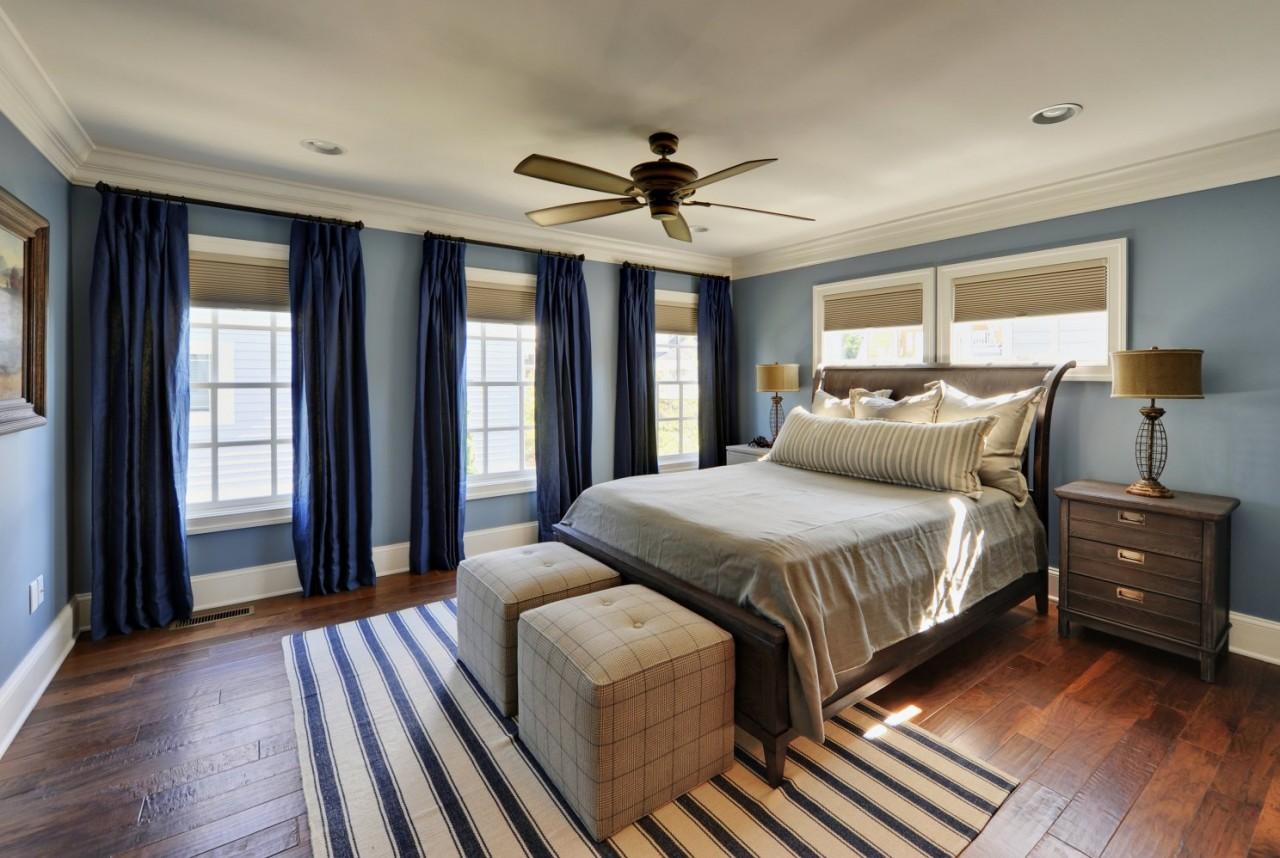 синий и коричневый оттенки в спальне