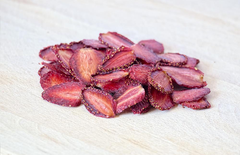 Клубничные чипсы могут понравиться детям и приверженцам здорового питания.